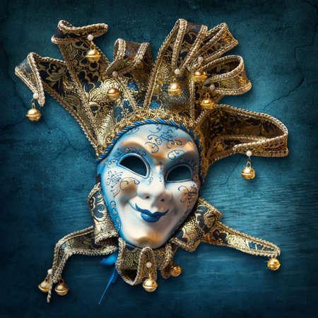 antifaz de carnaval: Resumen de fondo azul con máscara veneciana Foto de archivo