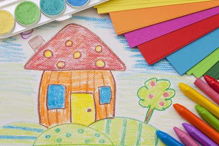 case colorate: Bambino disegno con pastelli colorati Archivio Fotografico