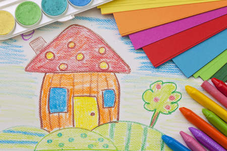 trekken: Child's tekening met kleurrijke kleurpotloden