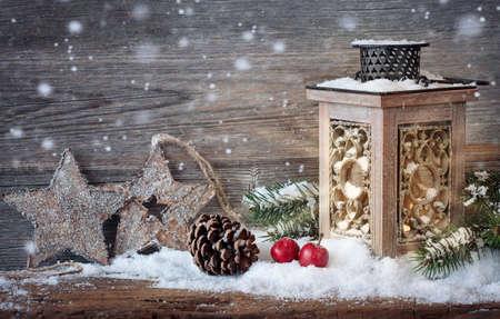 advent: Brandende lantaarn in de sneeuw