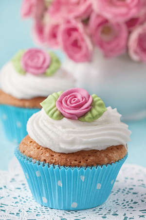 marzipan: Cup cakes with pink marzipan rose