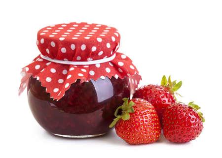 mermelada: Mermelada de fresa y fresas frescas aisladas en blanco