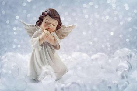 guardian angel: Ángel de la Navidad sobre fondo de plata