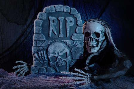 tumbas: Cr�neo monstruo y la decoraci�n de Halloween l�pida Foto de archivo