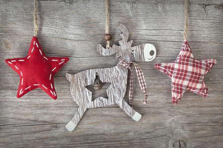 renos de navidad: Madera ciervo Navidad y estrellas rojas sobre fondo de madera