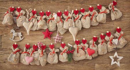 �advent: Calendario de Adviento en el fondo de madera