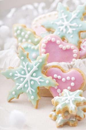 galletas de navidad: Pastel galletas de colores sobre fondo blanco Foto de archivo