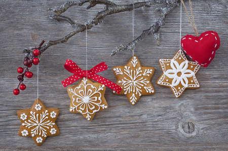 galletas de navidad: Copo de nieve del pan de jengibre galletas en el fondo de madera