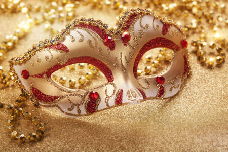 mascara de carnaval: Máscara de carnaval en fondo de oro Foto de archivo