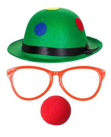 nose: Cappello del pagliaccio con gli occhiali e il naso rosso isolato su sfondo bianco