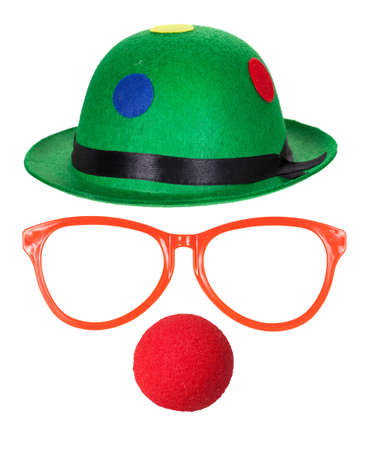 nez de clown: Chapeau de clown avec des lunettes et nez rouge isol� sur fond blanc