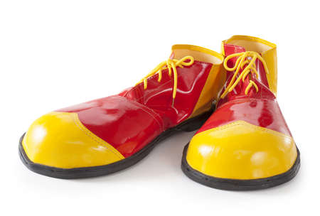 payaso: Zapatos de payaso rojo y amarillo sobre fondo blanco Foto de archivo