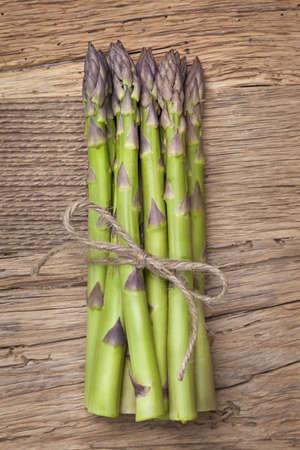 asperges: Groene asperges op een houten achtergrond Stockfoto