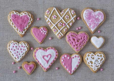 corazon rosa: Blancas y rosadas del coraz�n galletas en un fondo de tela gris