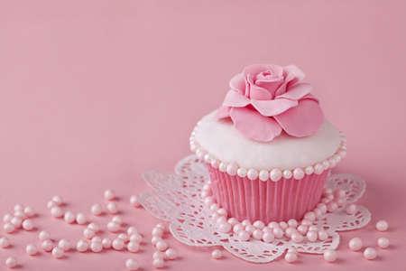 fondant: Cupcake con fiori rosa su uno stand