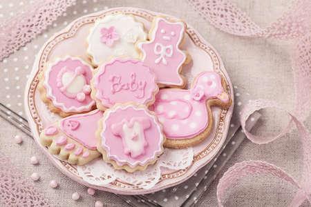 pie bebe: Galletas del beb� en una placa de color rosa