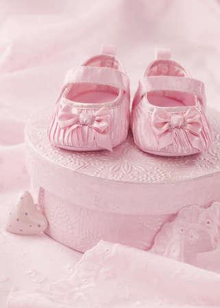baptism: Peque�os botines del beb� en una caja de regalo Foto de archivo