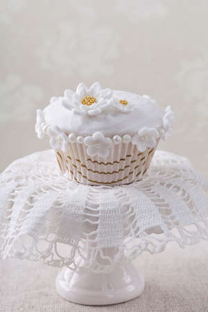 gumpaste: Cupcake with white flowers on a  a stand