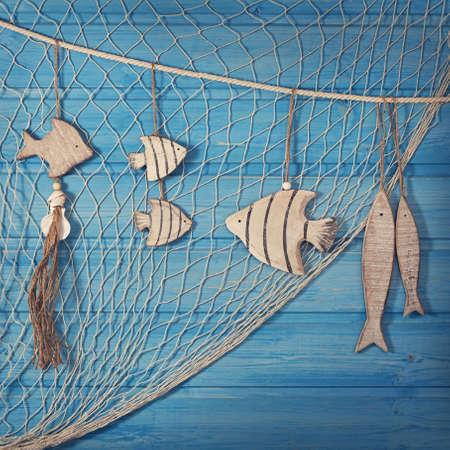redes pesca: Decoraci�n de la vida marina y el mal de fondo azul Foto de archivo