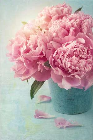 vintage: Pioen bloemen in een vaas
