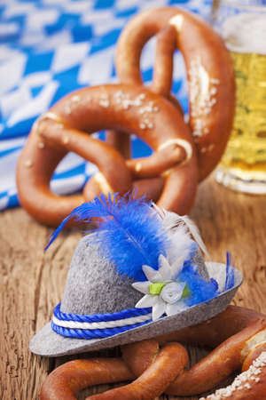 comida alemana: German bretzels y la cerveza en la mesa de madera