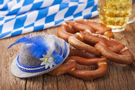 octoberfest: German bretzels y la cerveza en la mesa de madera