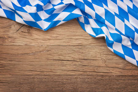 木製の背景にオクトーバーフェストの青の格子縞生地 写真素材