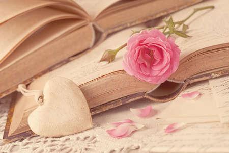 ピンクの花、手紙と古い本 写真素材