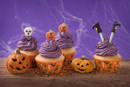 ハロウィーンのカップケーキと装飾のグループ