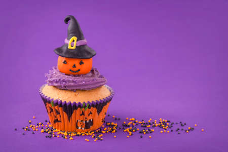 Halloween cupcake with pumpkin with witch hat Stock Photo - 22926378