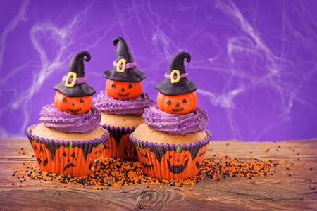 Halloween Cupcake con zucche con cappello da strega Archivio Fotografico - 22926379