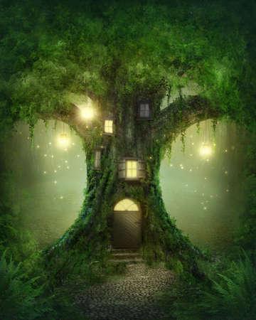 lampara magica: Fantasía casa del árbol en el bosque Foto de archivo