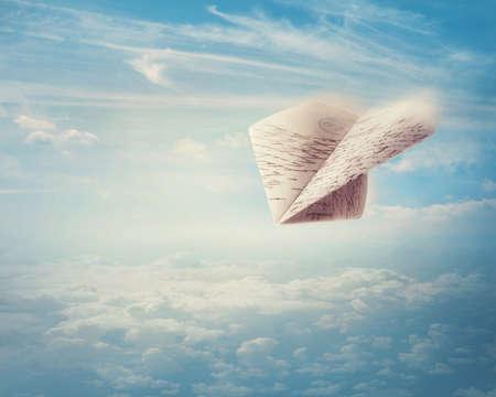 Avión de papel volando en el cielo Foto de archivo - 22927902