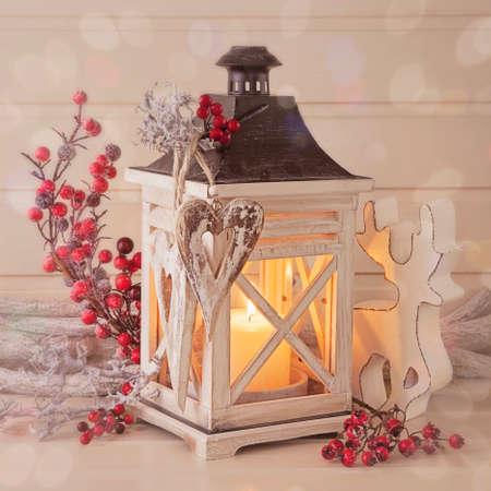 weihnachten zweig: Brennende Laterne und Weihnachtsschmuck auf wei�em Hintergrund