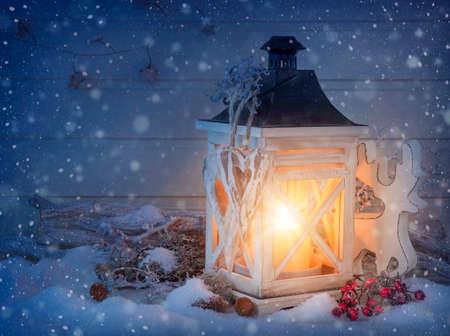 velas de navidad: Burning linterna y la decoraci�n de la Navidad en la noche Foto de archivo