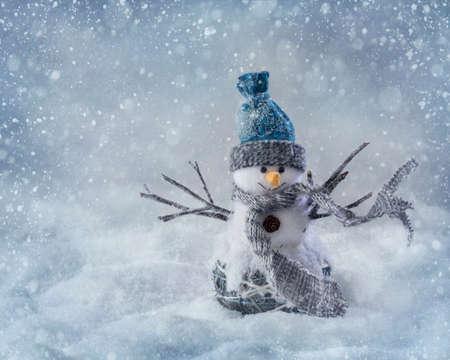 holiday symbol: Sorridente pupazzo di neve in piedi nella neve Archivio Fotografico