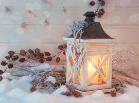 Brandende lantaarn en Kerstdecoratie op witte achtergrond Stockfoto