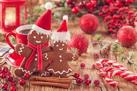 クリスマス ジンジャーブレッド人、熱い飲み物 写真素材