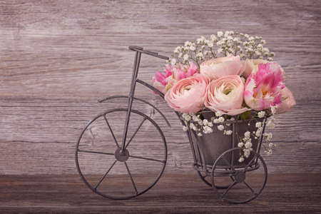 romantique: fleurs Ranunculus dans un vase de vélos Banque d'images