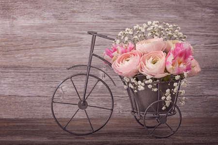 romantico: Flores del ranúnculo en un florero de la bicicleta Foto de archivo