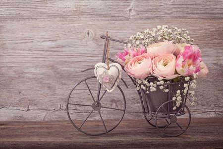 vintage: Ranunculus Blumen in einer Vase Fahrrad Lizenzfreie Bilder