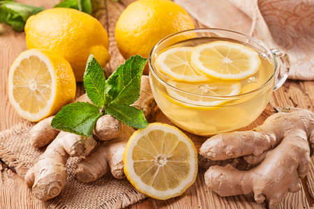 jengibre: El té de jengibre con limón en una mesa de madera