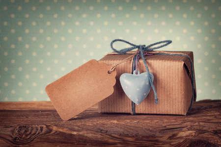Caja de regalo con una etiqueta de regalo en blanco
