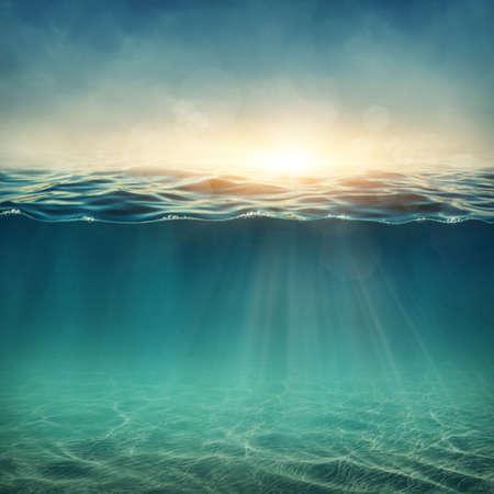 linea de flotaci�n: Bajo el fondo abstracto con rayos de sol Foto de archivo