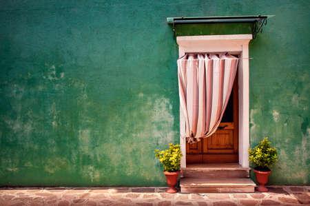 Kleurrijke voordeur van het huis in Burano dorp