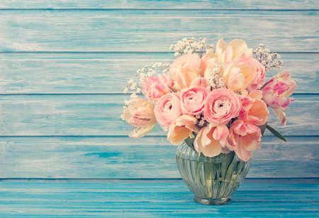 grabado antiguo: Flores ran�nculo rosados ??en un fondo de madera azul