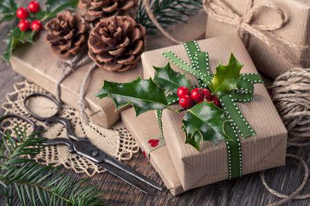 Vendimia Regalos de Navidad en un fondo de madera Foto de archivo - 32884615
