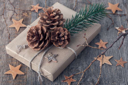 navidad estrellas: Presente vendimia de la Navidad en un fondo de madera