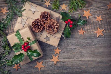 christmas star: Annata Regali di Natale su un fondo in legno Archivio Fotografico