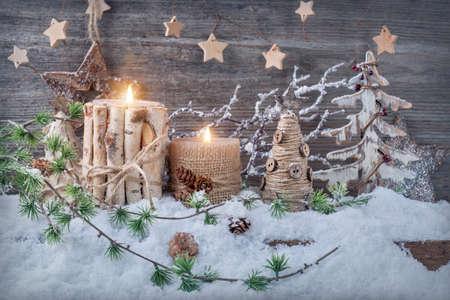 나무 배경에 겨울 촛불
